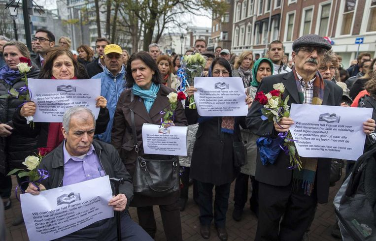 Indrukwekkende herdenking bij de ambassade van Frankrijk in Den Haag. Beeld anp
