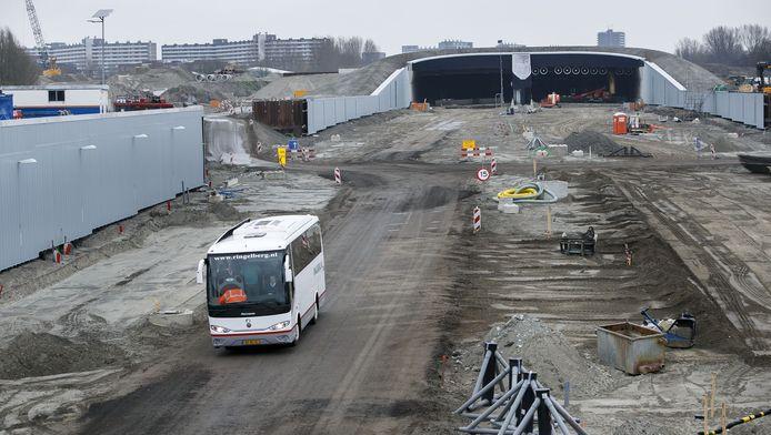 Onlangs mochten belangstellenden met een bus over de nieuwe A4 rijden om te zien hoe het staat met de werkzaamheden.