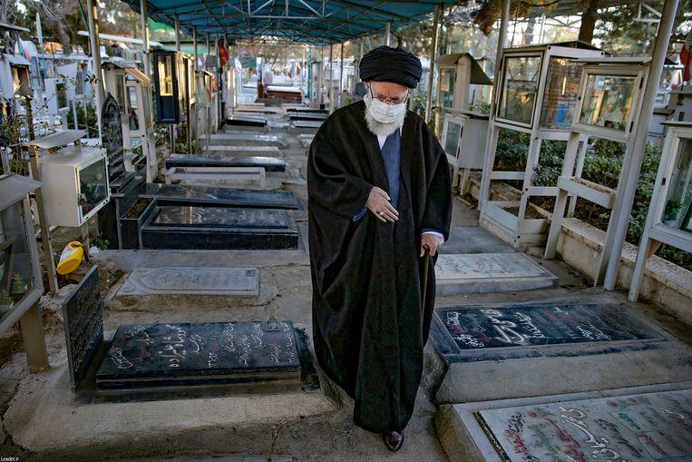 De Iraanse hoogste leider ayatollah Ali Khamenei op een begraafplaats in Teheran.  Beeld AFP