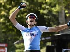 Pech voor Neilands: eerste uitvaller in Giro na val op weg naar hotel