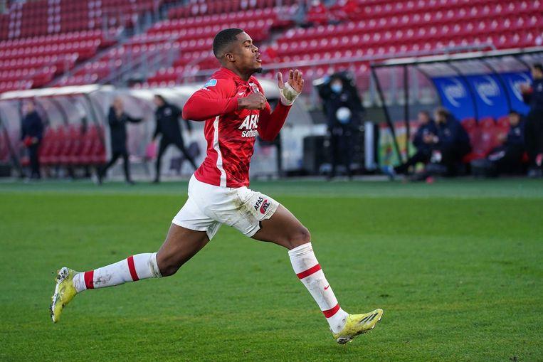 Myron Boadu van AZ viert een van zijn drie doelpunten tegen Feyenoord. Beeld ANP