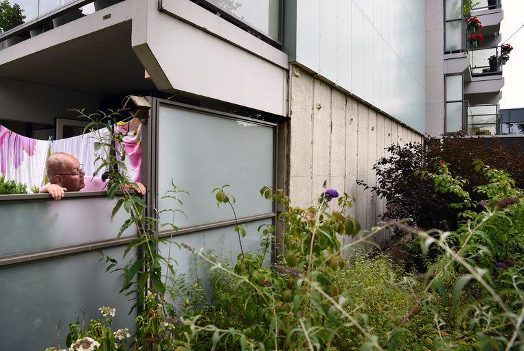 Bij het Nijmeegse woonzorgcomplex De Meiberg is de gevelbekleding gedeeltelijk weg gehaald na de brand in Londen van de Grenfell-toren. Beeld Marcel van den Bergh / de Volkskrant