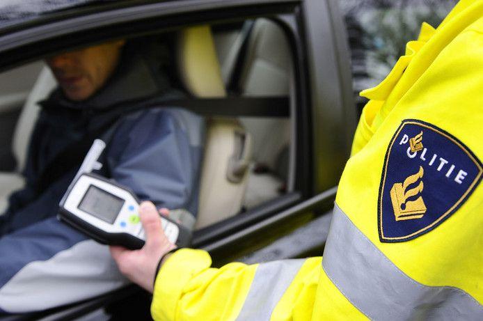Een dronken vrouw moest in Alphen haar rijbewijs inleveren.