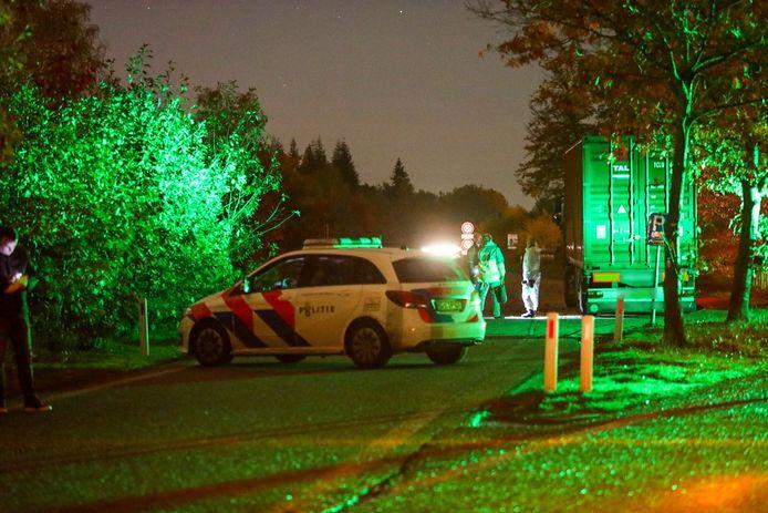 De politie doet zondagavond onderzoek in en om de vrachtwagen.