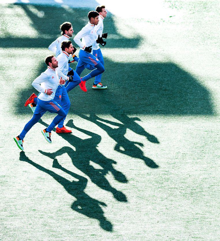 De selectie van het Nederlands heren hockeyteam kan vanwege het bevroren veld alleen een pittige looptraining afwerken in het Wagener Stadion. Beeld Klaas Jan van der Weij