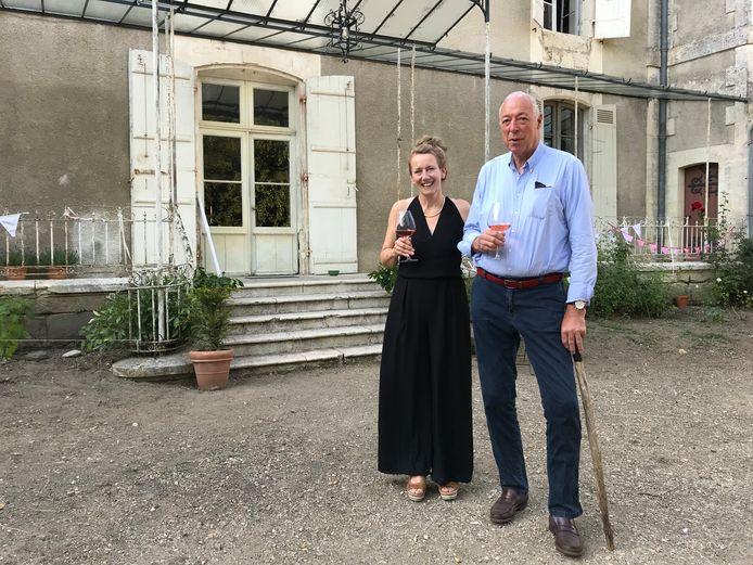 Emmy en echtgenoot Rutger bij haar Franse chateau