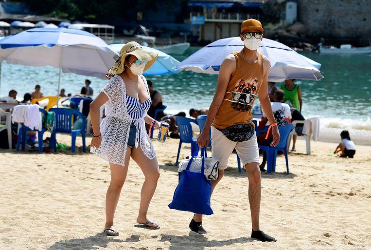Toeristen op het strand van Acapulco. Beeld AFP