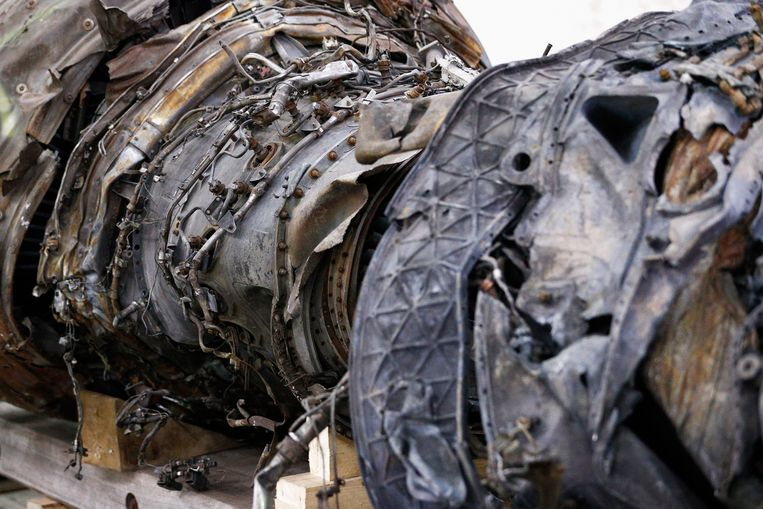 GILZE-RIJEN, NETHERLANDS - OCTOBER 13:  A general view of the wreckage at the Gilze-Rijen Military Base on October 13, 2015 in Gilze-Rijen, Netherlands. The reports focus on four subjects: the cause of the crash, the issue of flying over conflict areas, the question why Dutch surviving relatives of the victims had to wait two to four days before receiving confirmation from the Dutch authorities that their loved ones were on board flight MH17, and lastly the question to what extent the occupants of flight MH17 were conscious of the crash.  (Photo by Dean Mouhtaropoulos/Getty Images) Beeld Getty Images