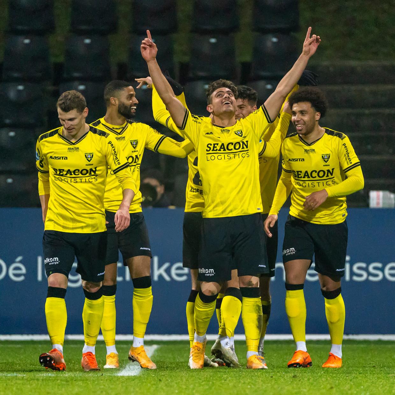 VVV-speler Georgios Giakoumakis viert zijn doelpunt tegen Vitesse. Beeld Pro Shots / Marcel van Dorst
