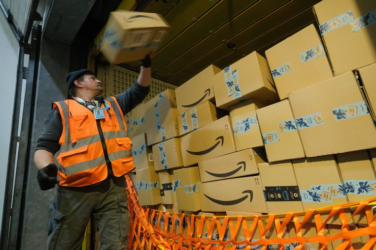 BRIESELANG, GERMANY - NOVEMBER 28: A worker loads a truck with packages at an Amazon packaging center on November 28, 2019 in Brieselang, Germany. Amazon is anticipating a strong holiday season and has hired extra workers at its packaging center across Germany. Meanwhile workers at some of the centers, though not at Brieselang, have announced strikes to further their demands for better pay. (Photo by Sean Gallup/Getty Images) Beeld Getty Images