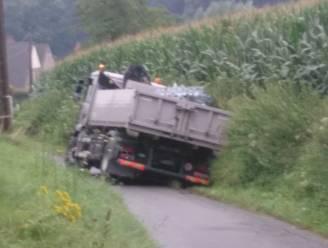 Vrachtwagen zakt weg in berm nadat chauffeur fietser doorlaat in Michelbeke