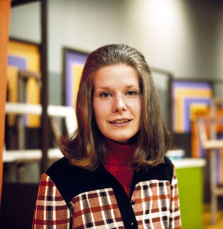 De presentatrice Maartje van Weegen (61) gaat met pensioen na een 41-jarige carrière op de Nederlandse radio en televisie. Zij begon in 1971 op 21-jarige leeftijd bij de KRO, waar ze televisieprogramma's presenteerde als Studio vrij en Cijfers en letters. Vanaf 1978 had ze haar eigen programma Ratel en samen met Aad van den Heuvel presenteerde ze het programma Op de valreep. Daarnaast presenteerde ze vele jaren het radioprogramma Met het oog op morgen.<br /><br />Vanaf 1984 werkte Van Weegen voor de NOS, waarvoor ze onder meer het NOS Journaal presenteerde. Ze deed verkiezingsuitzendingen en werd commentator Koninklijk Huis. <br /><br />Maartje van Weegen in 1970 Beeld
