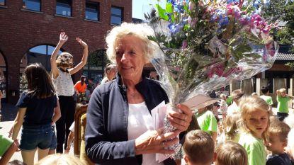 Delta neemt feestelijk afscheid van juf Det met erehaag van bij haar thuis tot school