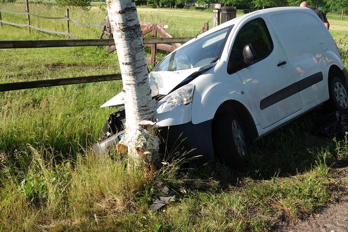 Een automobilist raakte woensdagochtend in Rheezerveen gewond nadat hij met zijn busje tegen een boom belandde.