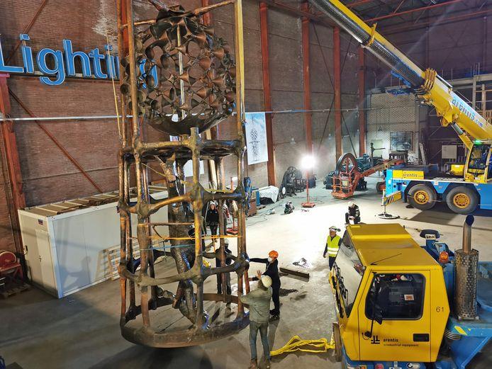 De Ballerina van de Zeeman staat bijna overeind, voor het eerst, in het Industrieel Museum in Sas van Gent, met behulp van twee mobiele kranen.