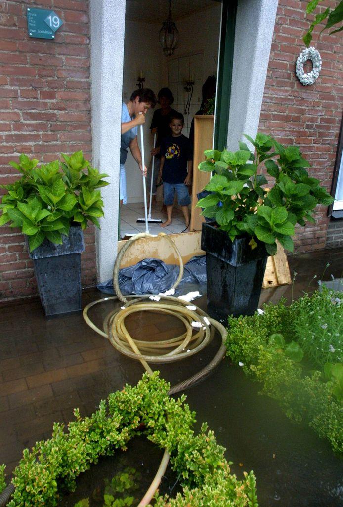 Bewoners aan de Titulaerlaan in Prinsenbeek kampen al jaren met wateroverlast na extreme regenbuien. Deze foto is gemaakt in 2002.