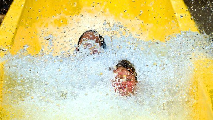 Bezoekers op de waterglijbaan van het Aquaventura slidepark op Avonturenpark Hellendoorn.