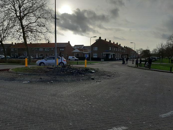 De rotonde op de Akkers op Urk ligt een dag nadat jongeren voor onrust zorgden, vol met de overblijfselen van de brand.