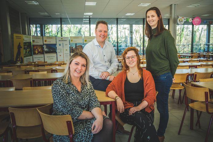 Stephanie De Vrieze, Tiffany Verhoeven (vooraan) en directeurs Kevin Eggermont en Marianne Franck van GO! Scholengroep Gent.