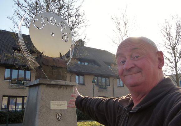 Marc Van Mossevelde aan het Chérie-monument in Ertvelde.