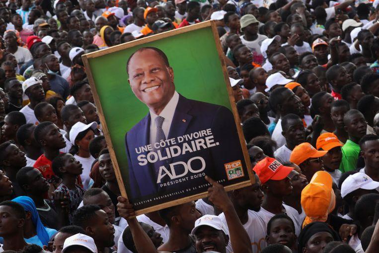 Een meeting van supporters van president en kandidaat Alassane Ouattara, in Abidjan. Hij jaagt een omstreden derde termijn na. Beeld REUTERS