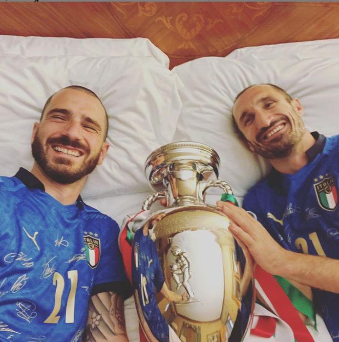 Bonucci en Chiellini namen de beker mee in bed.