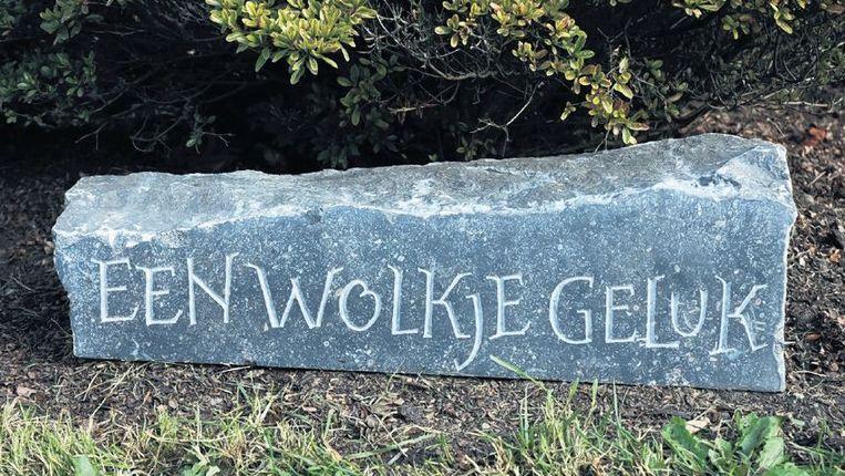 Sommige mensen hebben behoefte aan woorden in de tuin, gebeiteld in steen. ©HANNEKE VAN DIJK Beeld