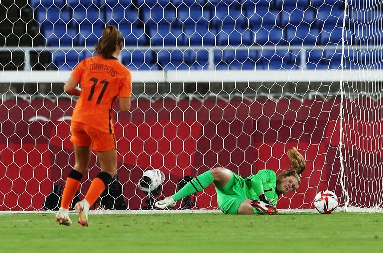 Lieke Martens ziet haar strafschop in de wedstrijd gestopt door de Amerikaanse keepster Alyssa Naeher. In de penaltyreeks zou Naeher nog eens twee strafschoppen van Oranje keren. Beeld Reuters