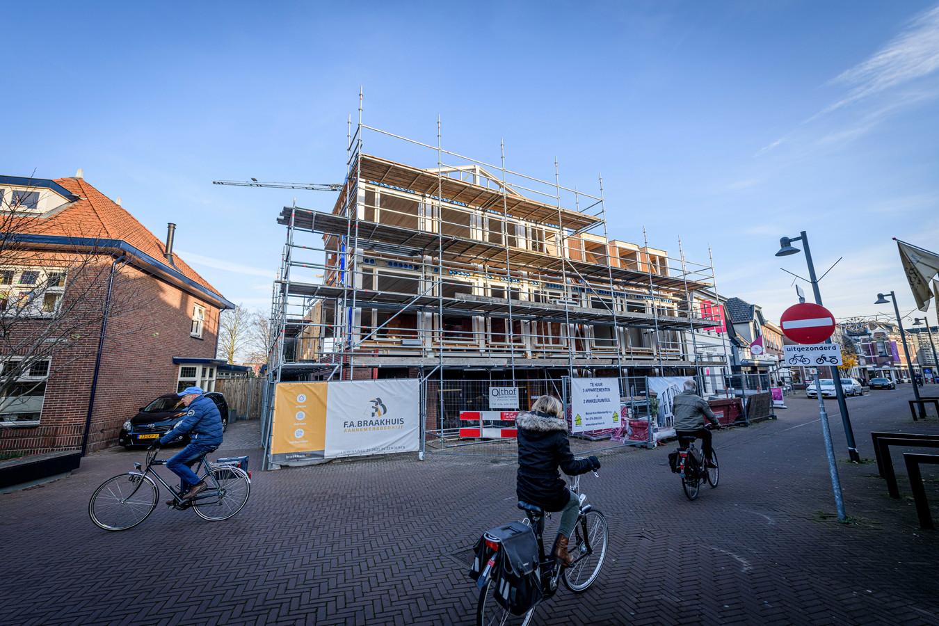 TT-2020-006193 De bouw van appartementen en winkels op plek waar eerder bloemenzaak La Fleur stond, heeft het hoogste punt bereikt.