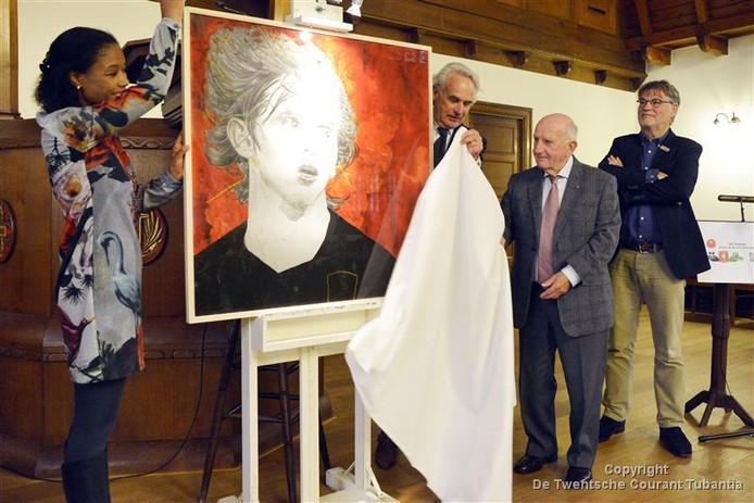Oud-trainer Kees Rijvers opende de tentoonstelling. Links staat Mirna Limon, maker van het kunstwerk.