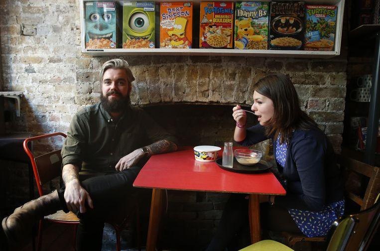 Alan Keery (links), één van de eigenaren van Cereal Killer Cafe. Beeld ap