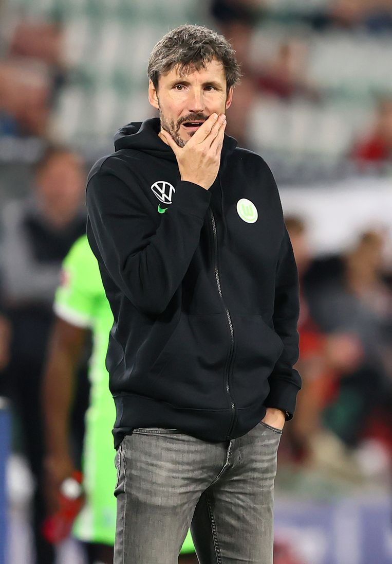Van Bommel peinzend langs de lijn tijdens de wedstrijd tegen Eintracht Frankfurt. Beeld Getty Images