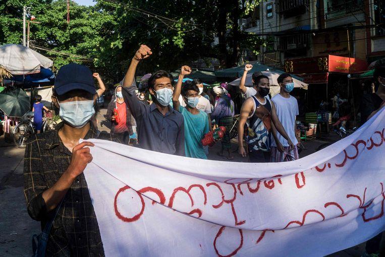 Demonstranten tijdens een protest in de Myanmarese stad Yangon tegen de militaire coup op 11 april 2021. Beeld AFP
