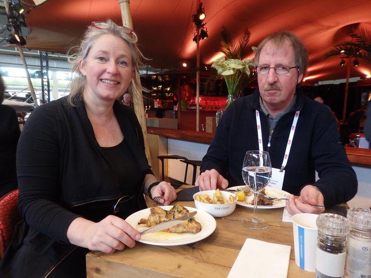 Fotografen Marianne Ottemann en Rudy van Duijnhoven, ook aan het kippetje. Beeld Schuim