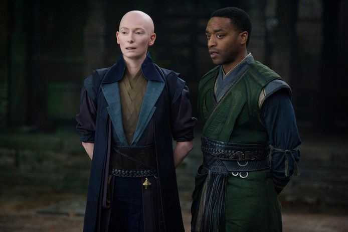 Tilda Swinton (links) als The Ancient One in 'Doctor Strange', naast Chiwetel Ejiofor
