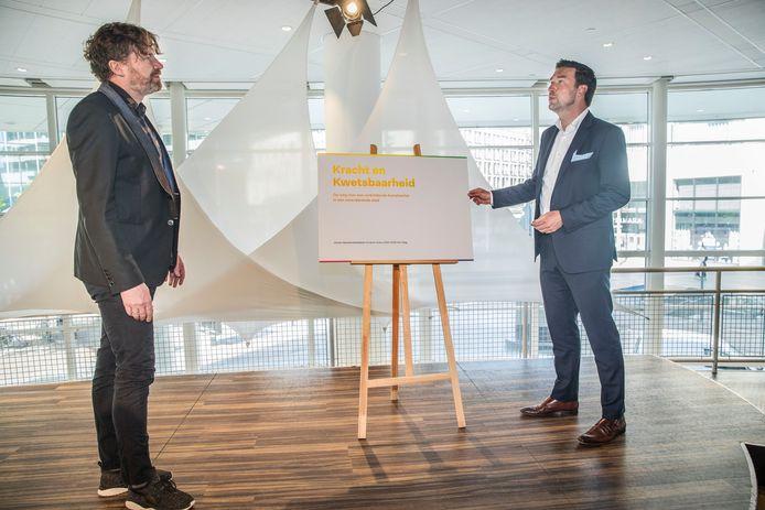 Johannes Leertouwer (links) en wethouder Van Asten tijdens de presentatie van het meerjarenbeleidsplan Kunst & Cultuur.