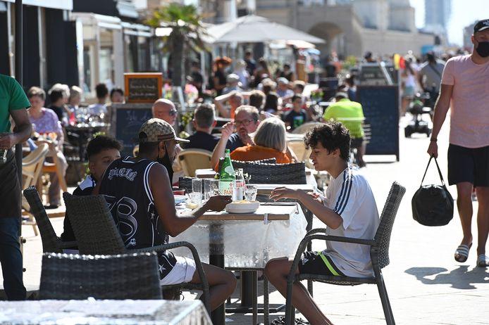 Volle terrassen in Oostende, vorige zomer. Gelijkaardige taferelen mogen we vanaf dit weekend eindelijk opnieuw verwachten.