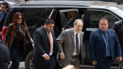 Bijna onherkenbare Harvey Weinstein strompelt naar de rechtbank