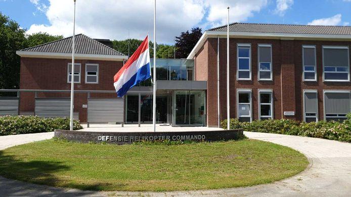Bij het hoofdgebouw van Defensie Helikopter Commando op vliegbasis Gilze-Rijen hangt de vlag halfstok. Commandant Robert Adang spreekt van een zwarte dag.