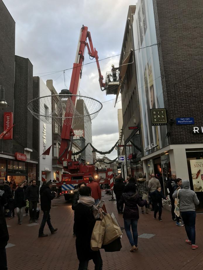 Een luifel is losgeraakt aan de Rechtestraat in Eindhoven.