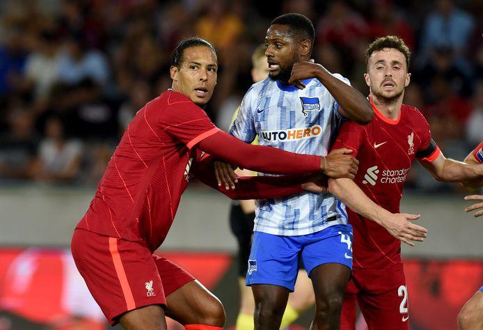 Virgil van Dijk in een duel tegen Hertha BSC.