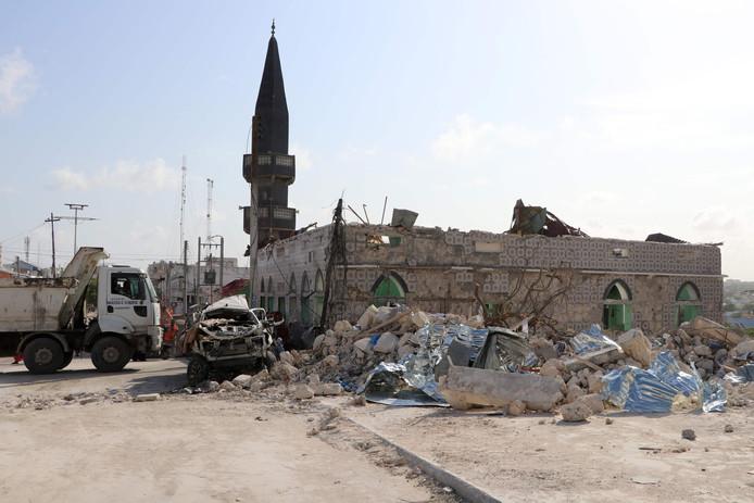 De zwaar beschadigde moskee in Mogadishu na de aanslag met een bomauto.