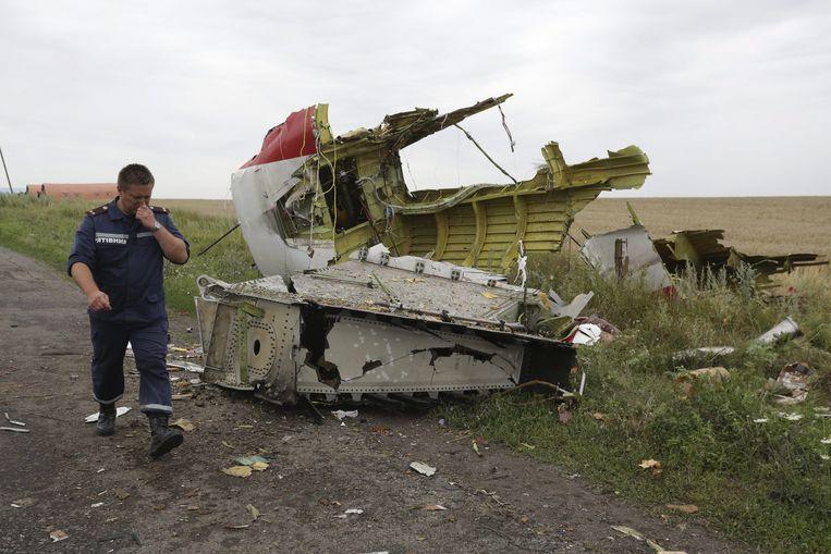 Een Oekraïense reddingswerker op het terrein, een dag nadat de Malaysia Airlines-vlucht uit de lucht werd geschoten.