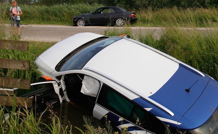 Een auto is vrijdagavond te water geraakt bij een aanrijding met een andere auto. Het ongeval vond plaats op de Parallelweg in Sliedrecht.