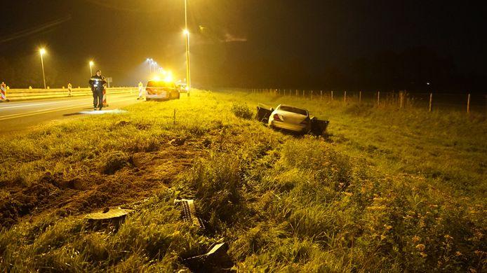 Na de klap schoot de Duitse Mercedes van de weg af en belandde onderaan het talud.