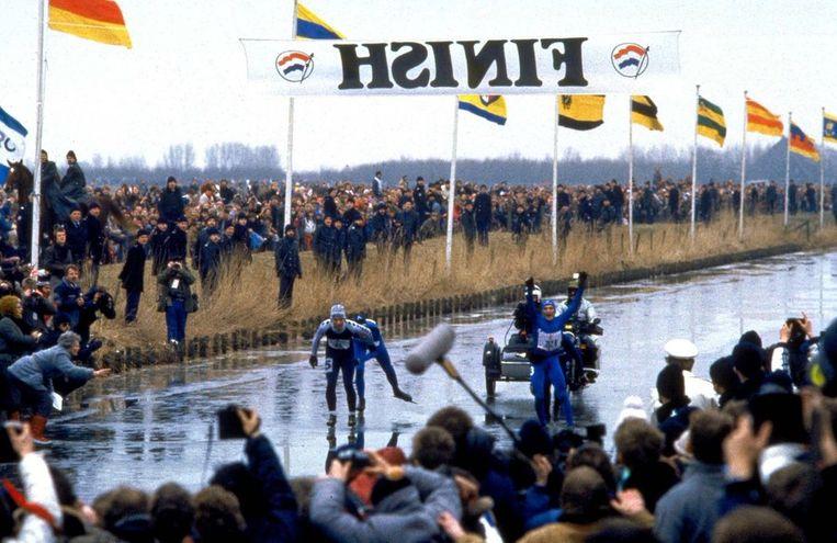Evert van Benthem gaat als eerste door de finish op de Bonkevaart in Leeuwarden en wint de 13e Elfstedentocht in 1985. © ANP Beeld