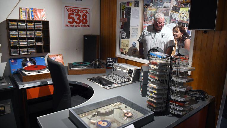 Bezoekers van het 192-Museum in Nijkerk bekijken een oude studio van Radio Veronica. Beeld null