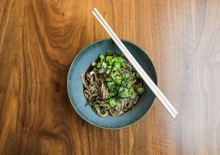 Amsterdam, Prinseneiland, Thuisvlucht, Gilles van der Loo, 02-03-2021 Eindresultaat Japanse Soba noodle soep. Beeld Eva Plevier