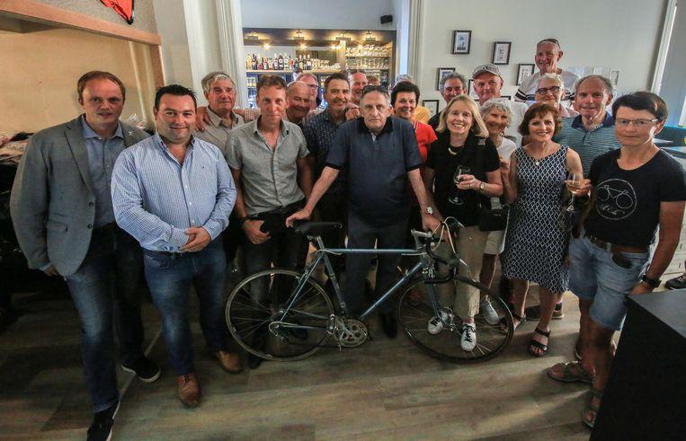 Freddy Maertens, peter van de Biking Box, met zaakvoerder Kurt Titeca (links naast Freddy Maertens) , schepen Dimitry Soenen, schepen Diego Desmadryl en enkele Nieuw-Zeelandse wielertoeristen bij de opening van Biking Box.