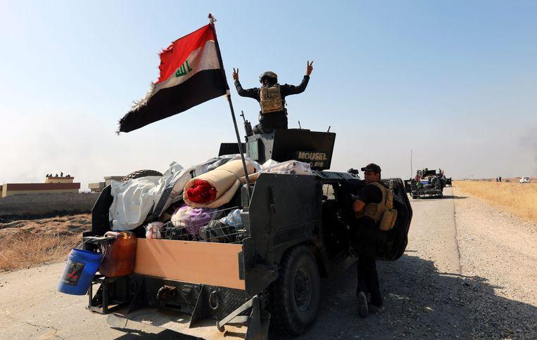 Iraakse strijders zetten de aanval in op Hamdaniyah. Beeld epa